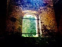 Stort fönster med ett staket Arkivfoton