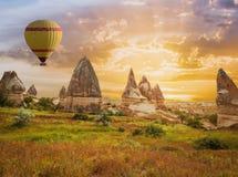 Stort för Cappadocia för turist- dragning flyg ballong arkivbilder