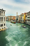 Stort för kanal som ses från Rialto, överbryggar Arkivbild