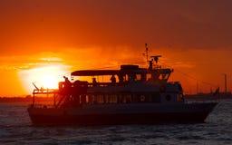 Stort fartyg på solnedgången Royaltyfri Bild