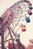 stort ferrishjul Botten beskådar Tonad vertikal bild i retro stil royaltyfri bild