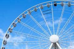 Stort ferrishjul med blå himmel Arkivbild