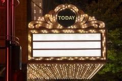 Stort festtältljus på Broadway teateryttersida royaltyfria bilder