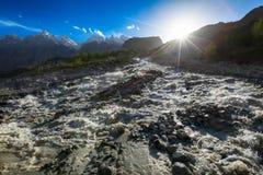 Stort flodkarakoramberg Pakistan Royaltyfria Bilder