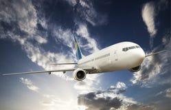 Stort flygplan i himlen Royaltyfri Foto