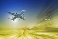 Stort flygplan i himmel på suddig bakgrund fotografering för bildbyråer