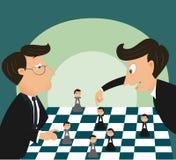 Stort framstickande som spelar schack genom att använda affärsmannen Arkivbilder