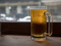 Stort frostigt öl rånar fyllt med lagersammanträde på räknareöverkant royaltyfria bilder
