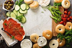Stort frukostuppläggningsfat med baglar, den rökte laxen och grönsaker Royaltyfri Fotografi