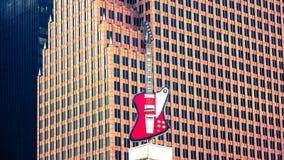Stort gitarrtecken överst av Hardet Rock Cafe royaltyfria foton