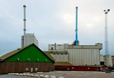 Stort gräsplanskjul med en fabrik i skeppsdockor Århus Danmark Royaltyfri Fotografi