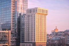 stort grått flervånings- Arkivbild