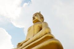 Stort guld- buddha meditera Royaltyfri Foto
