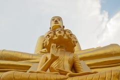 Stort guld- buddha och åtta huvud buddha Arkivbild