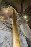 Stort guldkors i den paris domkyrkan Notre Dame Royaltyfri Fotografi
