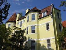 Stort gult hus i Georgetown fotografering för bildbyråer