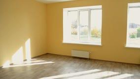 Stort gult tomt rum med tre stora fönster efter reparation och återställande stock video