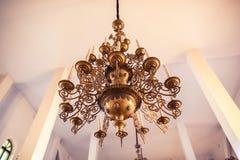 Stort härligt brons ljuskronan i en ortodox kyrka royaltyfri bild