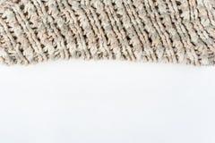 Stort handarbete för tröja- eller halsduktygtextur Stucken ärmlös tröjabakgrund med en lättnadsmodell Flätade trådar i handarbete Royaltyfria Foton