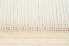 Stort handarbete för tröja- eller halsduktygtextur Stucken ärmlös tröjabakgrund med en lättnadsmodell Ullhandmaskin Royaltyfria Foton