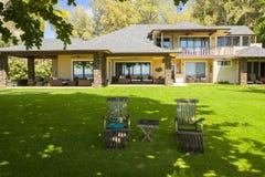 Stort hawaianskt hus med den trädgårds- tabellen och stolar i northshoren oahu hawaii arkivfoto