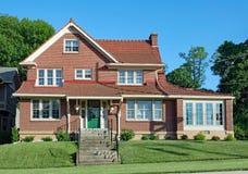 Stort hus för röd tegelsten med taket för röd tegelplatta arkivfoton