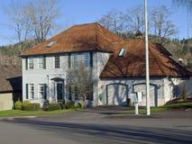 Stort hus i en förort Portland Oregon. Fotografering för Bildbyråer