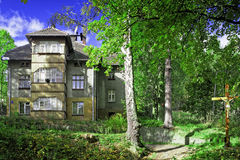 Stort hus i skog Royaltyfria Bilder