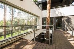 Stort hus i skogen med terrassen fotografering för bildbyråer