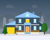 Stort hus med afton- eller nattlandskap Royaltyfri Bild