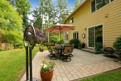 Stort hus med trädgårduteplatsområde Royaltyfria Bilder