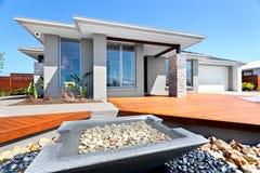 Stort hus och trädgård som fylls med stenar Royaltyfri Foto