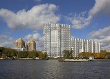 Stort hus på flodbanken Arkivfoton