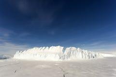 Stort isberg i Antarktis Royaltyfri Foto