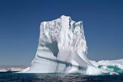 Stort isberg i Antarktisvatten på en solig sommar Arkivbilder