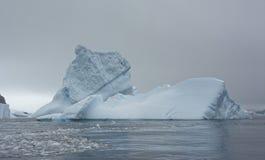 Stort isberg i det antarktiska havet royaltyfria foton
