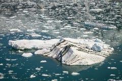 Stort isberg som svävar i den nära Hubbard glaciären i Alaska Royaltyfria Foton