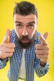 stort jobb Barberarespetsar underhåller skägget Stilfull skägg- och mustaschomsorg Hipsterutseende emotionellt uttryck man royaltyfri bild