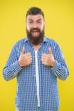 stort jobb Skäggmode och barberarebegrepp Bakgrund för skäggigt skägg för hipster för man gul stilfullt Barberarespetsar underhål arkivbild