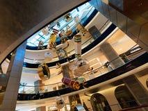 Stort julpynt i shoppinggalleria royaltyfri bild