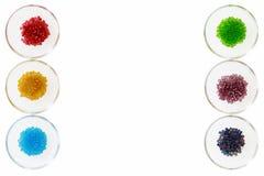 Stort kärna ur pärlor på vit i små glass bunkar Royaltyfria Foton