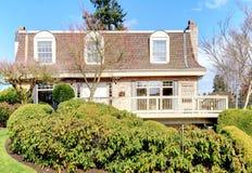 Stort klassiskt hus med en balkong och bågefönster royaltyfri fotografi
