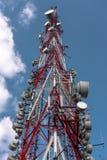 Stort kommunikationstorn mot himmel Arkivfoton