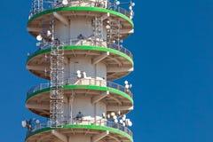 Stort konkret telekommunikationtorn Arkivfoto