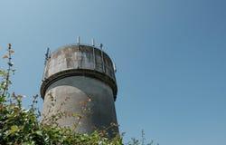 Stort konkret vattentorn med telekom och trådlösa antenner 4G Royaltyfri Foto