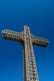 Stort kors av stålstrukturen mot blå himmel, milleniumkors Skopje macedonia Royaltyfri Bild