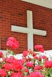 Stort kors med rosa blommor Arkivfoto