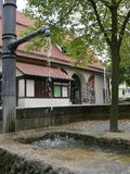 Stort korsvirkes- hus bak en springbrunn Royaltyfri Fotografi