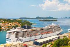 Stort kryssa omkring skepp av MSCEN Magnifica i den kroatiska staden Dubrovnik arkivfoton