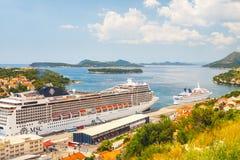 Stort kryssa omkring skepp av MSCEN Magnifica i den kroatiska staden Dubrovnik Fotografering för Bildbyråer